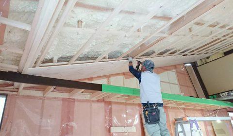 天井板張りはじめ ―白染色板―